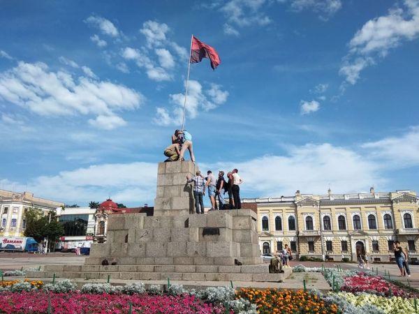 Кропивницький: На площі Героїв Майдану військові встановлюють червоно-чорний стяг (ФОТО)
