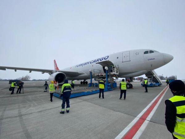 До України прибув вантажний літак з вакциною (ВІДЕО)