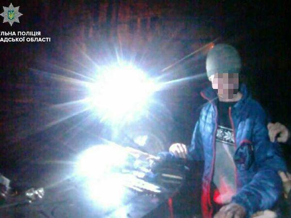 П'яний молодик тікав від патрульних, викидуючи на ходу наркотики