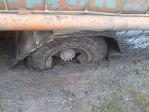 На Кіровоградщині автомобіль застряг на складній ділянці дороги