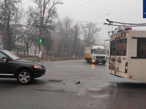 """Кропивницький: Тролейбус своїми """"рогами"""" пошкодив іномарку"""