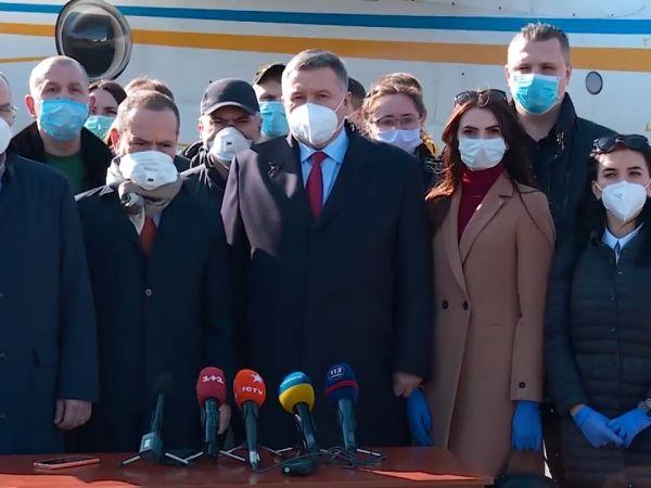 Двадцять українських медиків відлетіли допомагати італійським лікарям