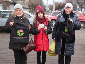 Кіровоградщина: Помічнянські активісти роздавали покупцям еко-сумки (ФОТО)