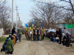 На Кіровоградщині односельці проводжали труну з убитим на сході бійцем, стоячи на колінах (ФОТО)