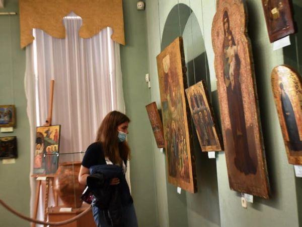 У Музеї мистецтв восьмикласники познайомились з технікою написання картин та ікон (ФОТО)