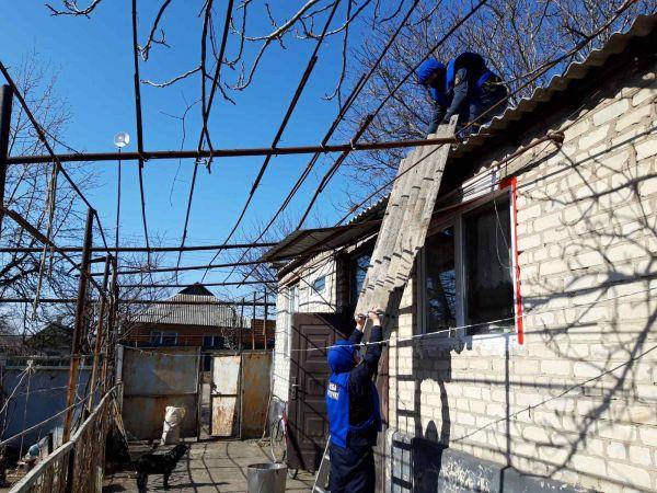 Як рятувальники ремонтують будинки постраждалих під час обстрілів на Донеччині (ФОТО)