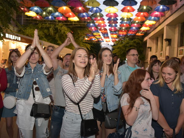 Уникальная аллея парящих зонтиков со спецэффектами открылась в Кропивницком (ФОТО)