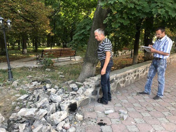 На Кіровоградщині водій на іномарці вщент розтрощив міський парк (ФОТО)