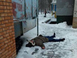 """У Кропивницькому """"швидка"""" забрала напівпритомного чоловіка, який впав біля під'їзду (ФОТО)"""