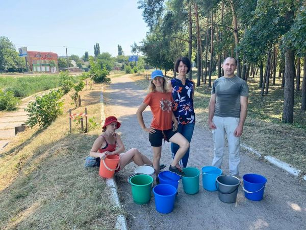 П'ятеро на все місто: Екоактивісти Кропивницького у спеку рятують дерева (ФОТО)