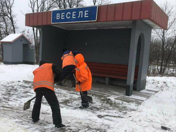Кіровоградщина: Дорожники розчищають зупинки (ФОТО, ВІДЕО)