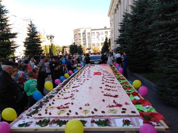 У міській раді розповіли, чому не буде традиційного пирога на День міста