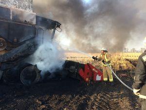 На Новгородківщині під час сільхозробіт загорівся комбайн