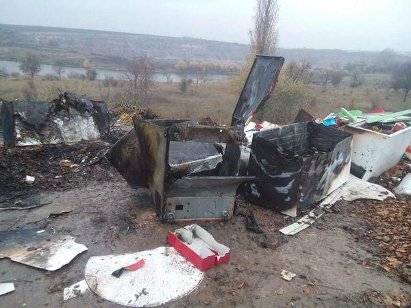 У Кропивницькому на стихійному сміттєзвалищі спалюють побутове сміття (ФОТО, ВІДЕО)