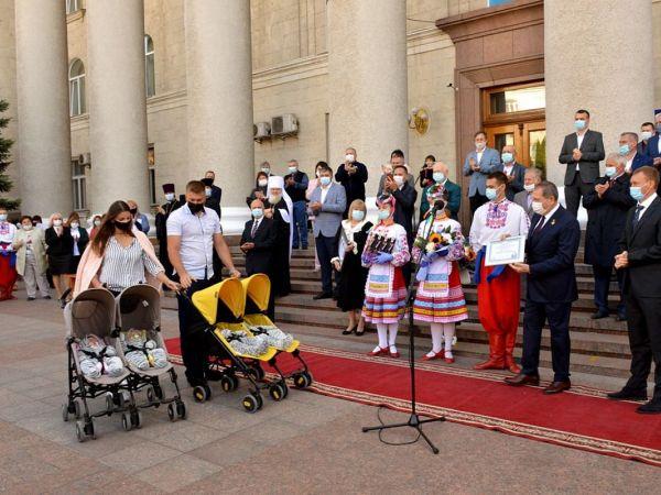 Кропивницький: Подружжя з чотирма донечками отримали квартиру у новобудові