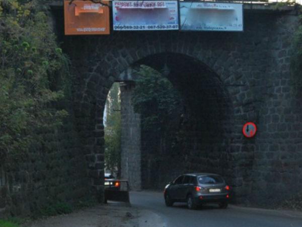 Керівництво міста вимагає виконати будівництво арки цьогоріч
