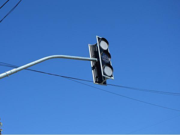 У місті на двох перехрестях монтують нові світлофори