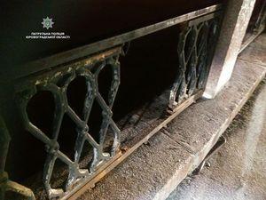 Стало відомо, хто розбирає на шматочки металеву огорожу на Набережній (ФОТО)