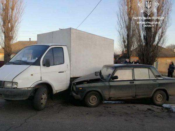 """Кропивницький: на Бобринецькому шляху не розминулись вантажівка і """"сімка"""""""