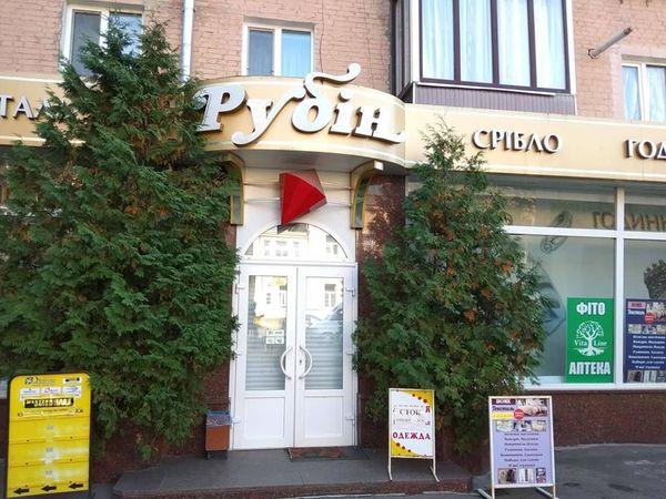 В центрі Кропивницького злочинці обікрали ювелірну крамницю