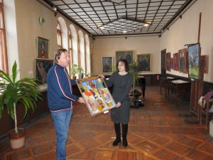 Кропивницький: Одеський художник передав картину у музей Осмьоркіна