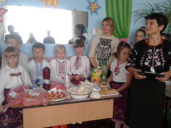 Кропивницький район: Карлівські школярі привітали місцевих аграріїв з професійним святом