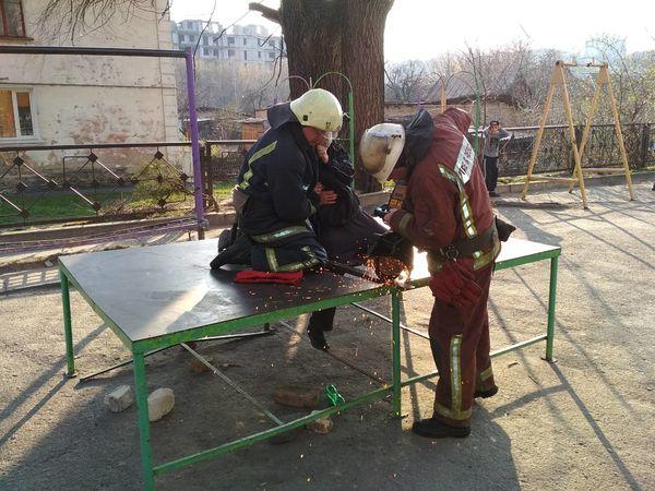 На Кіровоградщині МЧС-ники врятували ногу дев'ятирічному хлопчику на ігровому майданчику (ФОТО)
