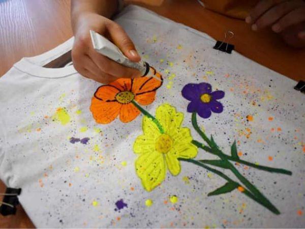 Кропивницький: Як школярки розписували квітами футболки (ФОТО)