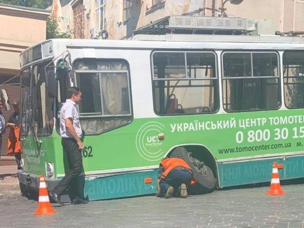 В центрі Кропивницького у тролейбуса відпало колесо (ФОТО)