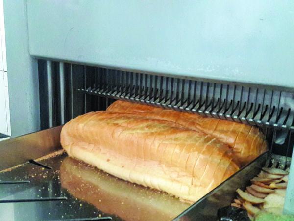 Хліб із цвяхами. У Кропивницькому невдоволений зарплатнею працівник хлібзаводу підкладав у хліб «сюрпризи»