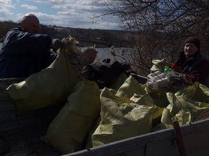 """Кропивничани провели акцію """"Чисті водойма"""", прибираючи беріг річки"""