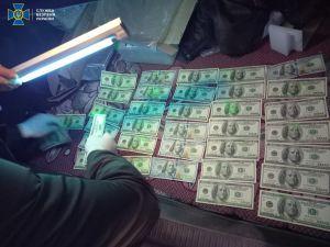 СБУ затримала на хабарі посадовця міграційної служби у Кропивницькому