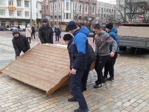 На центральній площі почали встановлювати різдвяне містечко (ФОТО)