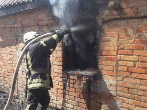 Як у Кропивницькому патрульні разом з сусідами рятували чоловіка з вогню (ВІДЕО)