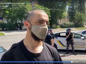 Конкретний наїзд: У Кропивницькому торговці напали на спецінспектора за зауваження про незаконну торгівлю (ВІДЕО)