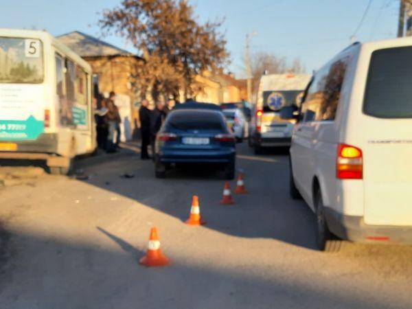 У Кропивницькому зіткнулася маршрутка та легковик. Четверо осіб направили до лікарні (ФОТО)