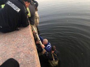 Кропивницький: Як патрульні рятували чоловіка з річки (ВІДЕО)
