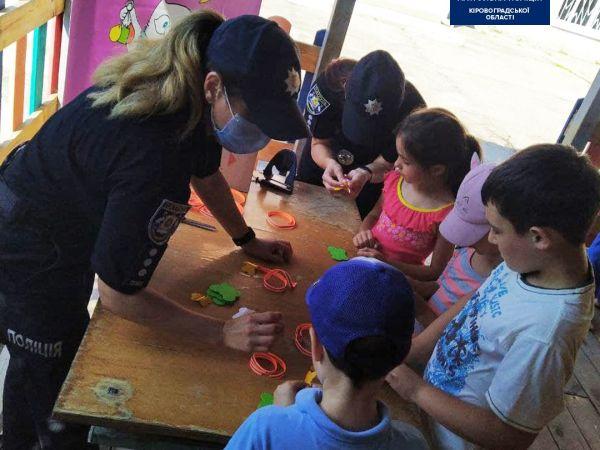 Патрульні разом з вихованцями дитсадка створили світловідбивні флікери