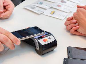 Кожну п'яту покупку клієнти ПриватБанку оплачують смартфонами