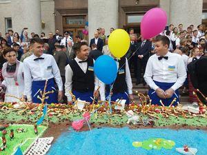 """Кропивничани """"розірвали"""" 264-кілограмовий пиріг (ФОТО)"""