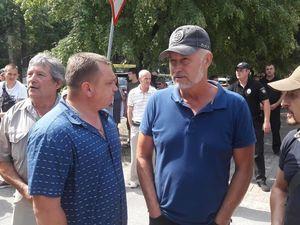 У Кропивницькому бійці АТО прийшли самостійно демонтувати кіоск, який будували на клумбі (ФОТО)