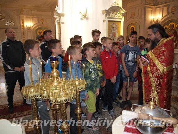 """Віряни Благовіщенського храму вітають юних футболістів команди """"Сапсан"""""""