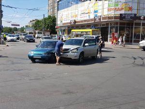 На центральному перехресті у Кропивницькому зіткнулися дві автівки (ФОТО)