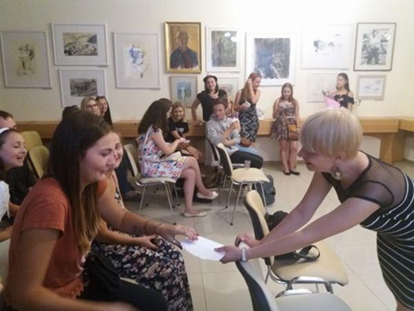 Кропивницька поетка у свій день народження частувала гостей «Алкоголем та іншою романтикою»