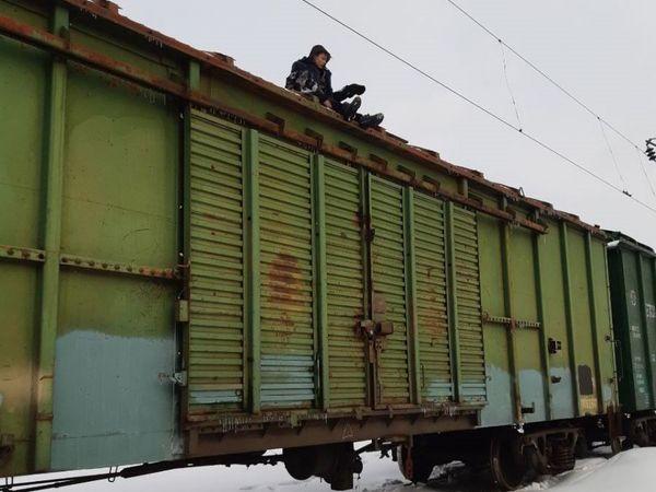 Небезпечні забави: останні місяці двох хлопців вразило струмом на потягах. Одного лікують, інший - помер