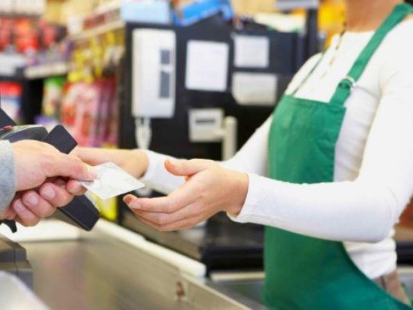 Відтепер українці активно знімають готівку на касах супермаркетів