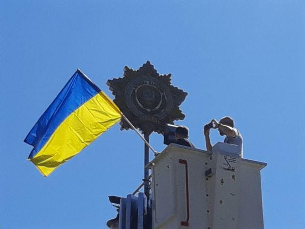 Історична подія у Кропивницькому: На площі Дружби народів знімають радянську зірку (ВІДЕО)