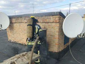 Кіровоградщина: У Олександрії на даху п'ятиповерхівки зайнялися двері