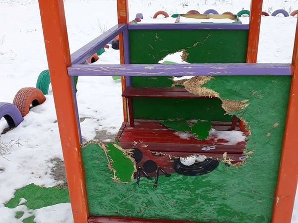 Кропивницкий: Вандалы розгромили новую детскую площадку (ФОТО)