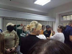 Рідні полонених моряків зустрілися з ними в суді після 8 місяців полону (ФОТО)